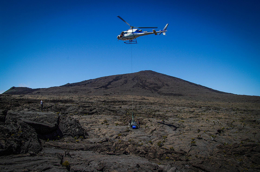 Deployment of a medium-band Sismob seismological station on the Piton de la Fournaise volcano in the Reunion Island